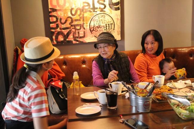 台湾でウェイトレスに変装して、母に誕生日サプライズをしてみたら、倍返しされた。
